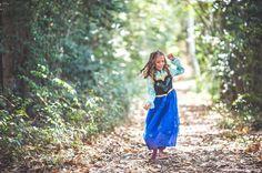 """Parece que hay alguien por aquí que prefiere jugar en el bosque que ir a la coronación de su hermana Elsa """"frozen"""" . #conmirademadre de cuento de @cristinamejutophotography  destacada por @hadasycuscus"""