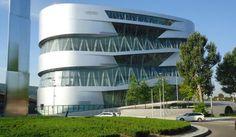 Já o Mercedes-Benz Museum conta a história de 125 anos da indústria automobilística em 16.500 metros quadrados. Pelos nove andares do belo prédio estão distribuídos 160 veículos, incluindo espaços para eventos, exposições temporárias e uma bela loja de souvenirs - uma tentação em tempos de supervalorização do euro.