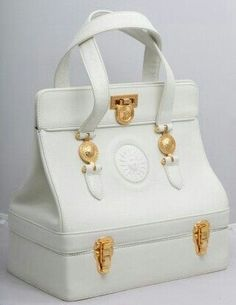 Extremely rare vintage Gianni Versace white bag with gold hardware. Lv Handbags, Chanel Handbags, Fashion Handbags, Fashion Bags, Hermes Bags, Burberry Handbags, Trendy Fashion, Vintage Purses, Vintage Bags