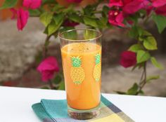 Smoothie z ananasu, mrkve a banánu s kurkumou Juice Smoothie, Fruit Juice, Smoothies, Pint Glass, Blog, Drinks, Tableware, Tasty, Healthy