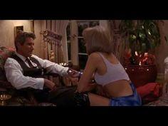 """Magnata perdido (Richard Gere) pede ajuda uma prostituta (Julia Roberts) que """"trabalha"""" no Hollywood Boulevard e acaba contratando-a por uma semana. Neste período ela se transforma em uma elegante jovem para poder acompanhá-lo em seus compromissos sociais, mas os dois começam a se envolver e a relação patrão/empregado se modifica para um relacionamento entre homem [...]"""
