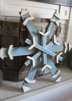 Wood Pallet Projects Reclaimed scrap/fence/pallet wood snowflake in winter blue. Christmas Wood Crafts, Pallet Christmas, Christmas Yard, Outdoor Christmas, Rustic Christmas, Christmas Projects, Holiday Crafts, Christmas Decorations, Winter Wood Crafts