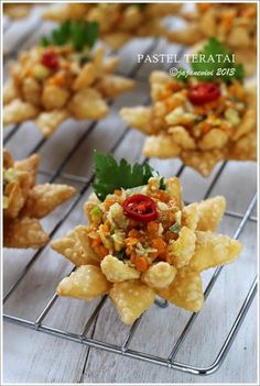 PASTEL TERATAI   resep masakan indonesia Savory Snacks, Yummy Snacks, Snack Recipes, Cooking Recipes, Yummy Food, Indonesian Desserts, Asian Appetizers, Malay Food, Mini Sandwiches