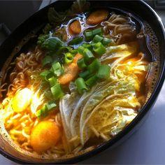 Zupa ramen to orientalny smak Japonii. Kapusta pekińska, marchew, cebula i czosnek gotowane wywarze z makaronem. Poznaj przepisy i inspiracje WINIARY. Sauce Recipes, Cooking Recipes, Food And Drink, Menu, Dinner, Ethnic Recipes, Impreza, Gastronomia, Diet
