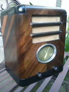 This stylish wooden radio was produced by STC (Sydney) in 1937. It sports an illuminated green glowing oval-shaped dial and covers the medium-wave broadcast band. Its valve line-up is: 6A7; 6D6; 6B7; 42; and 80. After half a minute warm-up time it snaps on with clear reception of local AM stations. One of my favorite radios in my collection. Nice acorn-style? Knobs.