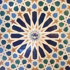 El olor de las calle de las teterías...como se ve la Alhambra desde el mirador de San Nicolás...sentarme al lado del Darro en el Paseo de los Tristes...el color de su artesanía...y las tapas!!!