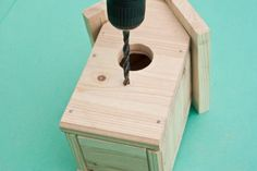 This diy step by step article is about how to build a bird house. Building bird houses out of wood is easy if you use the right decorative free plans and proper tools. Building Bird Houses, Bird Houses Diy, Bird House Plans Free, Bird House Kits, How To Build Abs, Birdhouse Designs, Easy Coffee, Bird Aviary, Drilling Holes