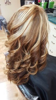 Short hair will also become more and more popular. Medium Hair Styles, Curly Hair Styles, Hair Color And Cut, Hair Color Highlights, Balayage Hair, Haircolor, Layered Hair, Great Hair, Gorgeous Hair