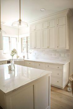 Off White Kitchen Cabinets, White Oak Kitchen, White Cabinets White Countertops, Small White Kitchens, Quartz Kitchen Countertops, Kitchen Cabinet Styles, Kitchen Cabinets Decor, Kitchen Redo, Home Decor Kitchen