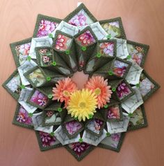Fold N Stitch Wreath Tutorial - Bing images Hand Quilting, Machine Quilting, Quilting Projects, Sewing Projects, Fabric Crafts, Sewing Crafts, Fat Quarter Quilt, Fabric Origami, Fabric Wreath