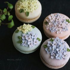 Macarons with flower decorations Cute Desserts, Delicious Desserts, Dessert Recipes, Yummy Food, Cute Food, Kreative Desserts, Cupcake Cakes, Cupcakes, Macaron Flavors
