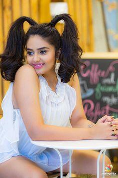 Beautiful Girl Indian, Most Beautiful Indian Actress, Beautiful Actresses, Hollywood Actress Photos, Hollywood Girls, Beauty Full Girl, Cute Beauty, Sonam Kapoor, Deepika Padukone