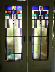 Art Deco schuifdeuren met glas in lood ramen, mooie kleurcombinatie!