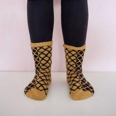 VIRKATUT MÖKKITOSSUT [OHJE] My Socks, High Socks, Knitting, Crochet, Fashion, Crochet Hooks, Moda, Over The Calf Socks, Tricot
