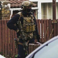 British 22 SAS operator on an anti-terrorism raid in Newcastle, England, December 2018 Sas Special Forces, Military Special Forces, Military Police, Military Weapons, Military Service, Military Art, Special Air Service, Tactical Operator, Police Gear