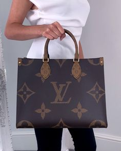 Read the ultimate guide to the Louis Vuitton OnTheGo bag on Handbagholic's blog. The blog features the OnTheGo price list as well as outfit inspiration video and GM vs MM video comparison. #LVOnTheGo #LouisVuitton #DesignerBag #DesignerHandbag #LVBag #LouisVuittonBag #DesignerToteBag #DesignerWorkBag Louis Vuitton Totes, Louis Vuitton Handbags, Louis Vuitton Speedy Bag, Louis Vuitton Neverfull, Fake Designer Bags, Designer Purses, Louis Bag, Monogram Tote Bags, Lv Handbags