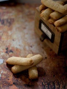 Unas pastas de coco deliciosas. Si te gustan los dulces con un sabor especiado le puedes añadir a la masa la especia en polvo que prefieras...