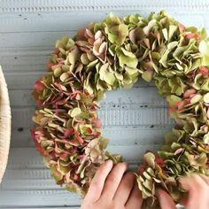 Diy Fall Wreath, Fall Diy, Fall Wreaths, Decorations Christmas, Christmas Wreaths, Christmas Crafts, Dried Flower Wreaths, Hydrangea Wreath, Pine Cone Flower Wreath