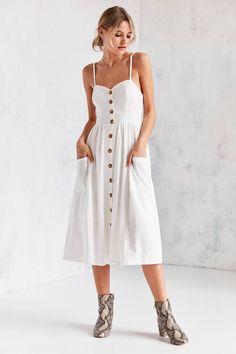 Achetez vite Urban Outfitters - Robe midi Emilia boutonnée en lin sur Urban Outfitters. Choisissez parmi les derniers modèles de marque en différents coloris dans les collections disponibles sur notre site.