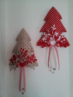 con fustella rametto Christmas Fabric Crafts, Christmas Projects, Holiday Crafts, Felt Ornaments, Diy Christmas Ornaments, Handmade Christmas, Christmas Wall Hangings, Christmas Love, Christmas Tree Decorations