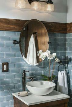 Fliesengestaltung Bad Blaue Wandfliesen, Runder Spiegel, Weiße Blumen Als  Dekoration