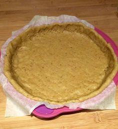 Voici une recette de pâte brisée sans beurre. Ingrédients : - 240g de farine (j'ai utilisée un mélange de 5 farines complètes : blé, orge, riz, avoine, seigle)- 75g d'huile- 100g d'eau- Sel- Herbes, épices, graines (facultatif) : j'ai mis du curcuma Mélanger...