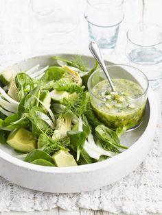 Salade d'avocat, épinards et artichauts, sauce verte