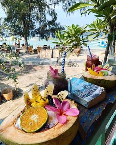 Smoothie bowl , ocean view and a good book equals breakfastgoals 😍 📍Hello Capitano Cafe , Gili Trawangan ⠀⠀ ⠀⠀ We know… Smoothie Bowl, Smoothies, Gili Trawangan, Yellow Floral Dress, Lombok, Holi, Good Books, Latest Trends, Ocean