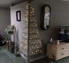Karácsonyfa egyszínű díszítéssel. Karácsonyfa mindenféle tiritarka dísszel. Lehet pici, lehet nagy karácsonyfa, karcsú vagy terebélyes fenyő, az anyaga pedig lehet fenyőfa, műfenyő, vagy akár valami rendhagyó anyag. Fura karácsonyfák egy rakáson.