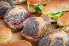 Assortment of organic sandwiches /// Assortiment de pains garnis bio Salmon Burgers, Sandwiches, Organic, Chicken, Ethnic Recipes, Food, Salmon Patties, Meal, Eten