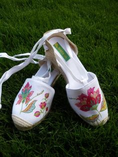 Mil flores - artesanum com Shoes Flats Sandals, Espadrille Shoes, Shoes Heels Boots, Heeled Boots, Ballet Shoes, Dress Shoes, Toms Shoes Outlet, Hand Painted Shoes, Shoe Art