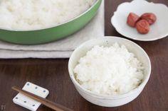 炊飯器にお米を入れたのにスイッチを入れ忘れていた……という経験、誰にでも一度はあるかと思います。そんな時は、フライパンでご飯を炊いてしまいましょう! わずか10分で炊き上がる方法をご紹介します!