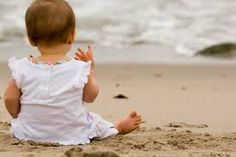 Baby sitting on beach Baby Beach Pictures, Beach Photos, Kid Photos, Beach Baby Photography, Photography Ideas, Videos Instagram, Poses, Summer Baby, Baby Month By Month