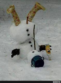 Fotka: S opatrnosťou ďalej. či ako to ; Christmas Quotes, Christmas Love, Christmas Snowman, Christmas Ideas, Schnee Party, Funny Dolphin, Snow Sculptures, Snow Fun, Credit Card Bottle Opener