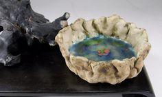 Rote Liebestropfen wurden in den blau-gruenen glasbezogenen Keramikboden miteingebrannt - fuer immer und ewig!  Die handgetoepferte Schale wirkt von a