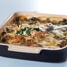 Se hvordan du laver en nem og lækker spinatlasagne med laks, revet ost og fuldkorns lasagneplader. Server den eventuelt med frisk salat.