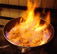 Camarões flambados na cachaça.