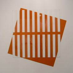 daniel buren Die Farbe gesetzt/ersetzt Orange, 1992 Aluminium peint en orange et peinture blanche sur plexiglas Aluminium : x cm 4 éléments de plexiglas : x cm Op Art, Daniel Buren, Artist Biography, Orange Art, Composition Design, Japanese Architecture, Straight Lines, Pablo Picasso, Art Design