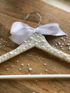 Pearl Wedding Dress Hanger for Bride or Bridal Party / Wedding Day Accessory / Pearls / Pearlescent / White / Ivory / Bling / Customizable Wedding Coat Hangers, Bride Hanger, Bridal Gift Wrapping Ideas, Wedding Gift Inspiration, Dog Wedding Dress, Pearl Crafts, Sequin Crafts, Fiesta Baby Shower, Wedding Glasses