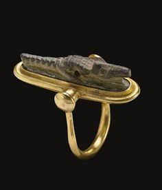 Modern swivel gold ring, set with an Egyptian Steatite crocodile amulet (ca. late period to Roman period ~ ca century BC to century AD) Egypt Jewelry, Old Jewelry, Jewelry Art, Antique Jewelry, Vintage Jewelry, Ancient Egyptian Jewelry, Egyptian Art, Medieval Jewelry, Bracelet Antique