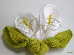 Risultati immagini per manualidades con toallas Kitchen Towel Cakes, Towel Origami, Diaper Crafts, Towel Animals, How To Fold Towels, Baby Washcloth, Diy Gift Baskets, Towel Crafts, Clothes Crafts
