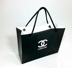 Chanel com seu estilo. Essa mini sacolinha é uma ótima sugestão para lembrancinha para a sua festa e vai dar um toque charmoso em sua décor.