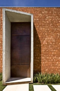 Located in Brasilia, Brazil, Taquari House is a private residence designed by Ney Lima. The home has a stunning exterior architecture and accompanying land Modern Entrance Door, House Entrance, Entrance Doors, Doorway, Architecture Details, Interior Architecture, Interior And Exterior, Installation Architecture, Interior Design