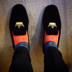 Church's velvet shoes..  Una scarpa prevista come pantofola da casa, ma che diventa un'oggetto speciale da ironizzare con calzino colorato abbinato ad una pochette, portabilissimo anche di giorno.
