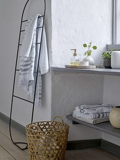 Create your own wellness atmosphere with elegant bathroom items and soft towels. Add decadent accessories and green plants for a fresh look. Towel Rack Bathroom, Bathroom Doors, Shower Doors, Oasis, Towel Rail, Home Decor Inspiration, Bathroom Inspiration, Bathroom Ideas, Bathroom Accessories