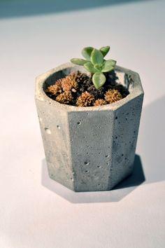 Pequeña maceta de concreto. Dimensiones: 6,5 cm diametro, 6 cm de  alto