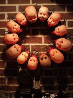 15 Scary Halloween Wreaths That Will Spook Your Guests - HomelySmart - Andrea H. - 15 Scary Halloween Wreaths That Will Spook Your Guests - HomelySmart HomelySmart Scary Halloween Wreath, Casa Halloween, Halloween Sounds, Halloween Tags, Scary Halloween Decorations, Halloween Kostüm, Halloween Party Decor, Halloween Pictures, Cool Halloween Ideas