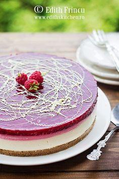 Cheesecake cu zmeura, un cheesecake la rece, rapid si racoros, cu blat de biscuiti si unt, crema de branza si jeleu de zmeura Romanian Desserts, Romanian Food, Sweet Recipes, Cake Recipes, Dessert Recipes, Edith's Kitchen, Raspberry Cheesecake, Raw Vegan Recipes, Mousse Cake