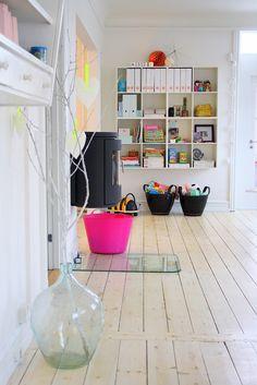 boernehjoerne-indretning-bolig-stue-legetoej-opbevaring.jpg (736×1103)