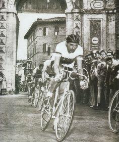 """Giro d'Italia del 1954: Fausto Coppi esce da Porta Camollia. La foto è tratta dal volume """"Lo sport a Siena: un secolo di storia vent'anni di Gloria"""" Protagon editore"""